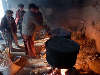チューインナリの日には、神殿で通過儀礼を受ける子供の親たちが豆を煮て、谷中の家に配る