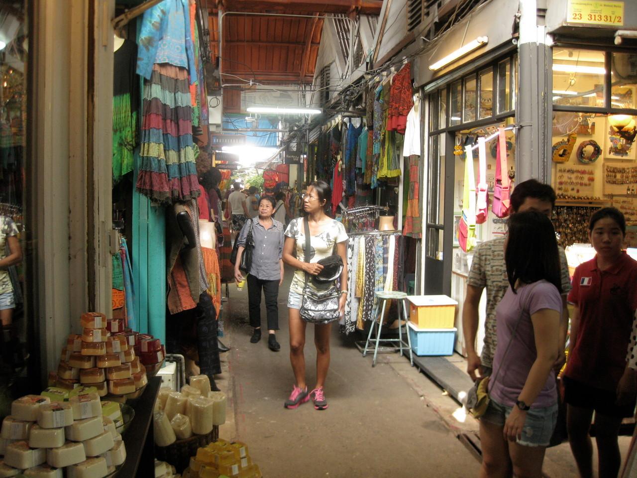 土日に開かれるウイークエンド・マーケット。日用品から土産物まであらゆる商品が売られている。