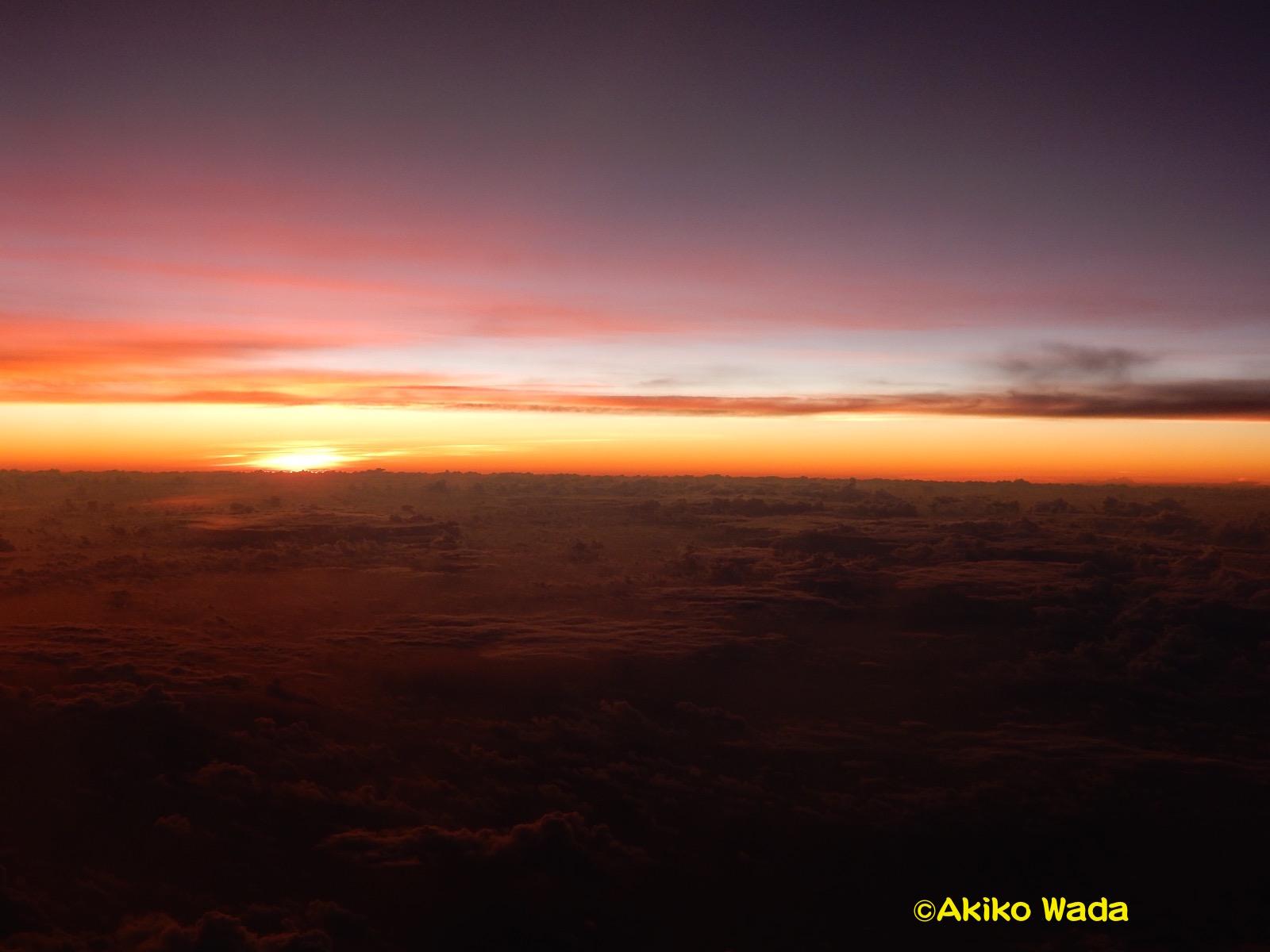 東京の手前の上空で、雲海の向こうから朝日が昇る