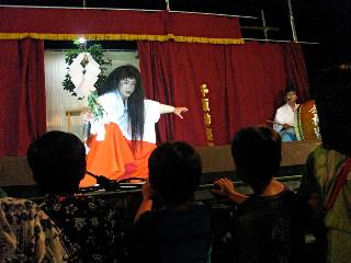 花火大会の後には「千原神楽」が開かれた。
