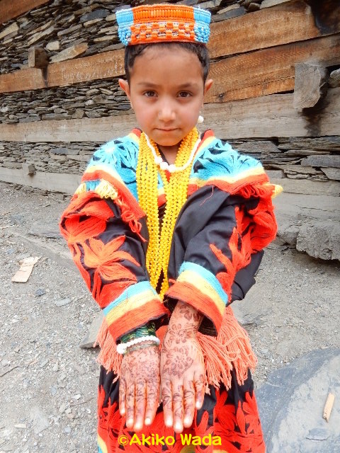 祭りの期間、ヘナ染め模様は少女たちの間で大流行り。