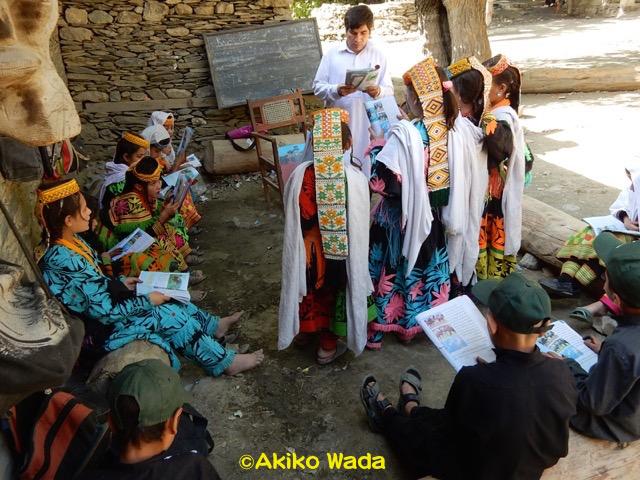 カラーシャ小学校は3年前の土石流で流されたので、今はユニセフのテント教室で3学級、神殿で3学級の授業が行われている。今年から教員になったワヒード先生は神殿の前で授業をする。