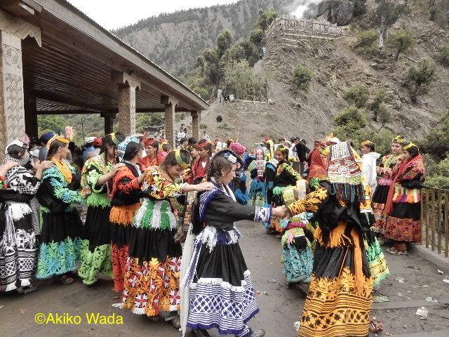 女性が踊る間、男性はマハンデオでチーズを捧げる儀礼を行う