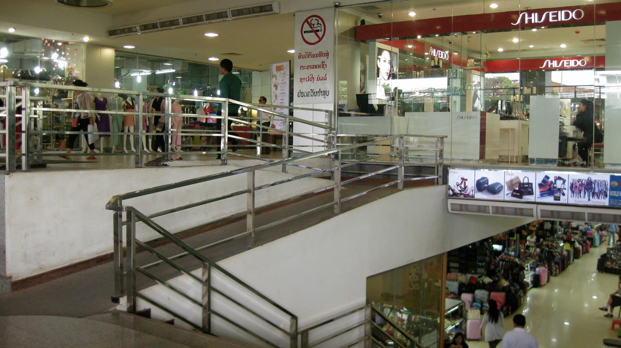 さすが首都です。ショッピング・プラザもあった。