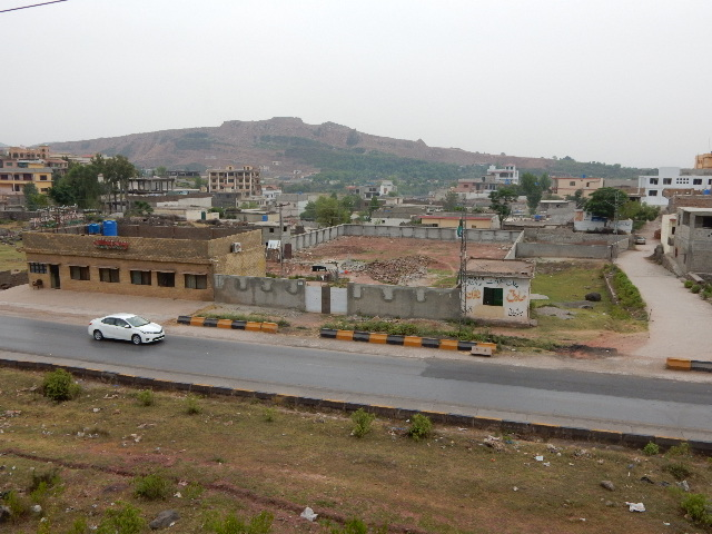 静かだったイスラマバード郊外山間部に高速道路と宅地開発がどんどん開発されている。向こうの山も削り採られて裸になってい