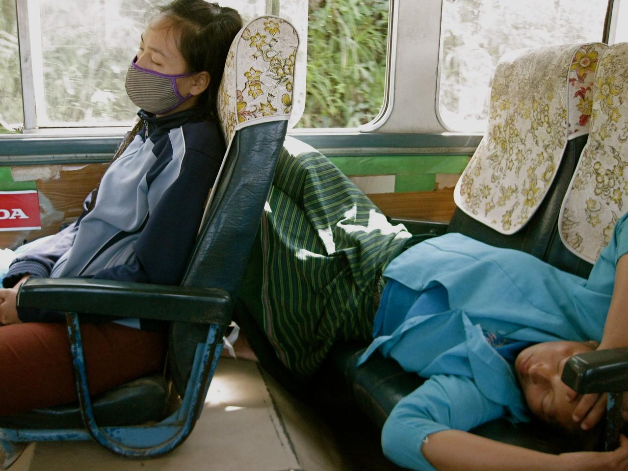 ルアンプラバーン行きのバスの中。爆睡中の女性たち