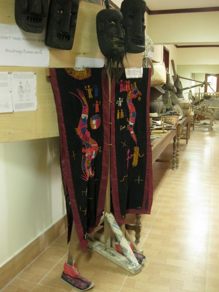 博物館は1万キップの入場料の割に何もなし。でも十体ぐらいあった民族衣装は存在感がありました