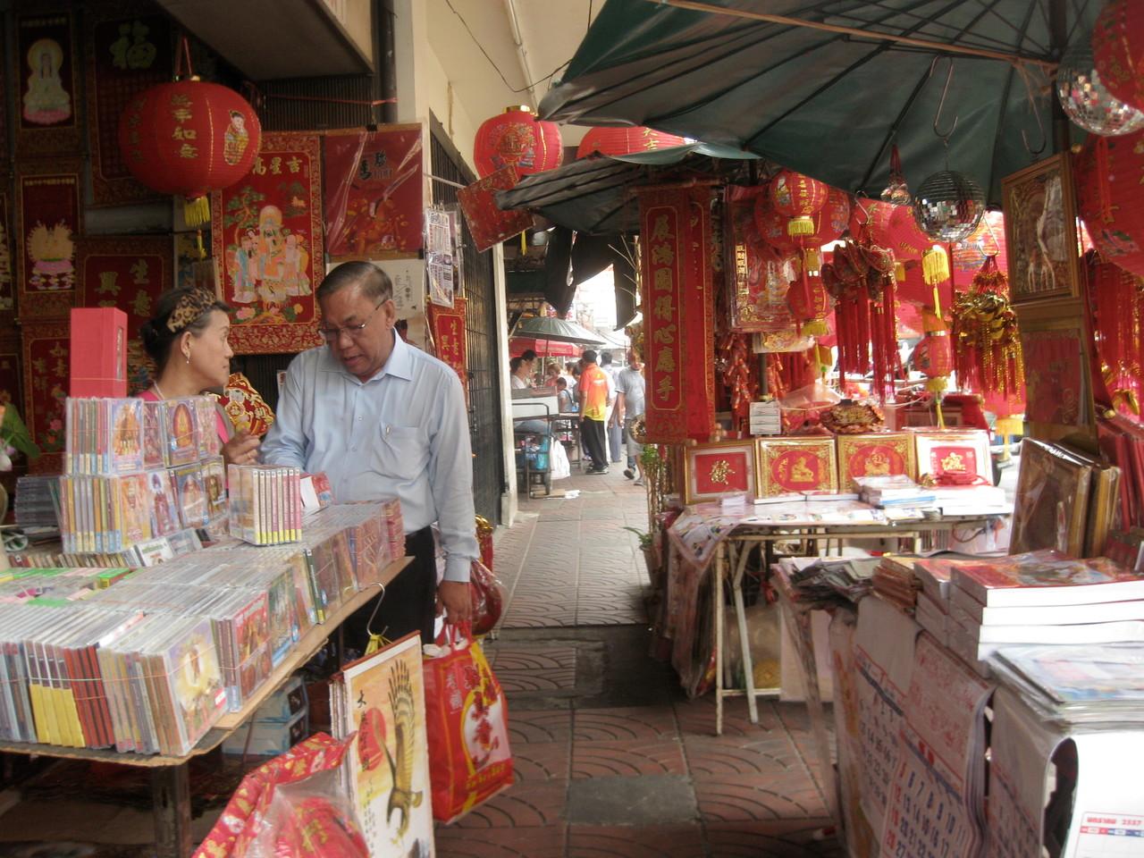 ヤワラート通りはいたるところ縁起がいいとされる赤色だらけ。