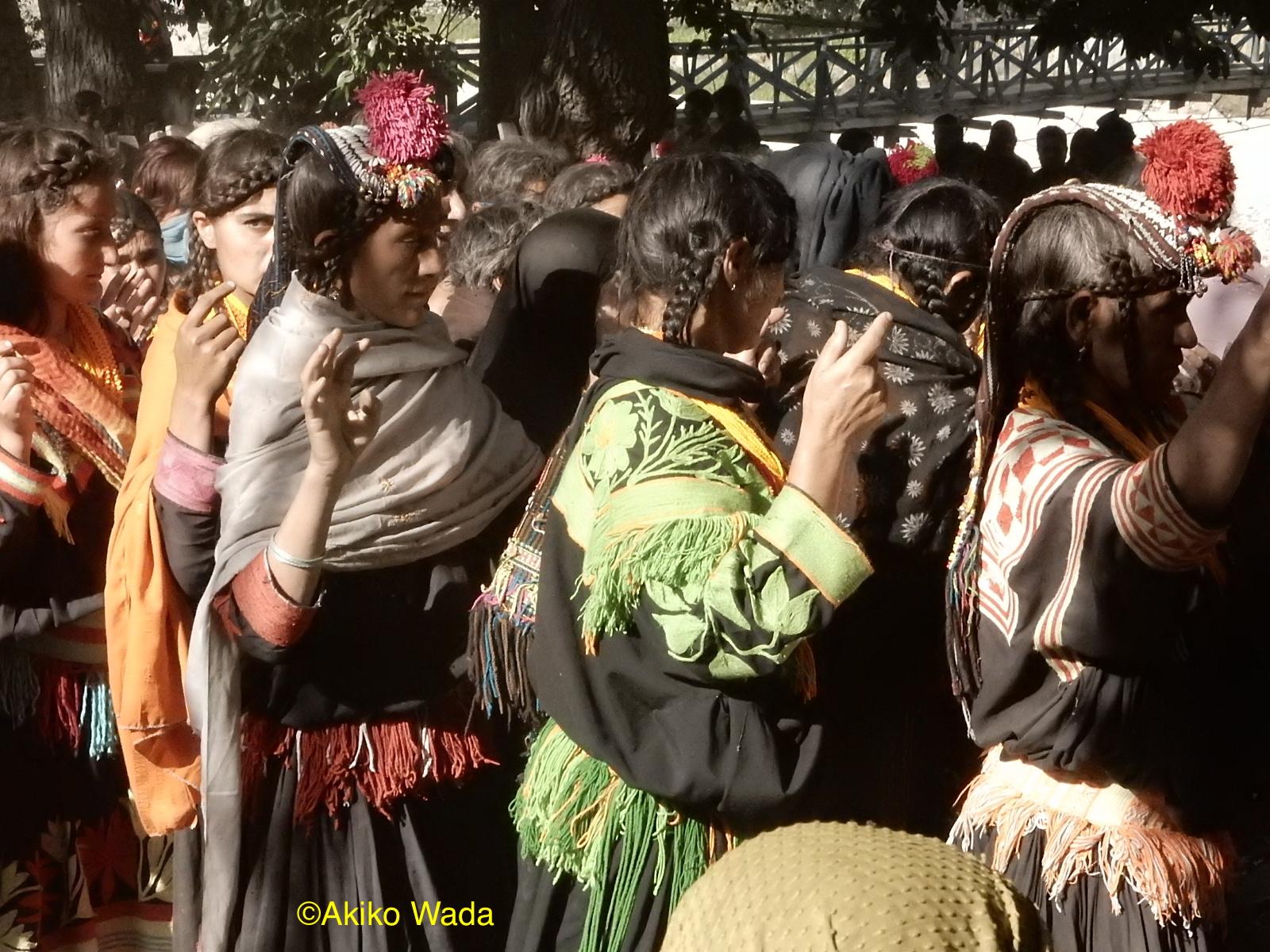 葬式で最後の別れの踊りを踊る親族たち