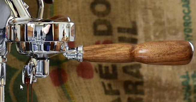 Siebträgergriff aus dunklem Nussholz (lackiert)