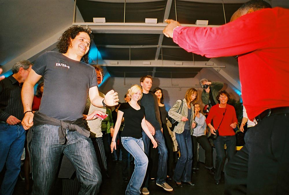 Silvanos Tanzkurs: Alle sind dabei! Kein Fuß bleibt ruhig.