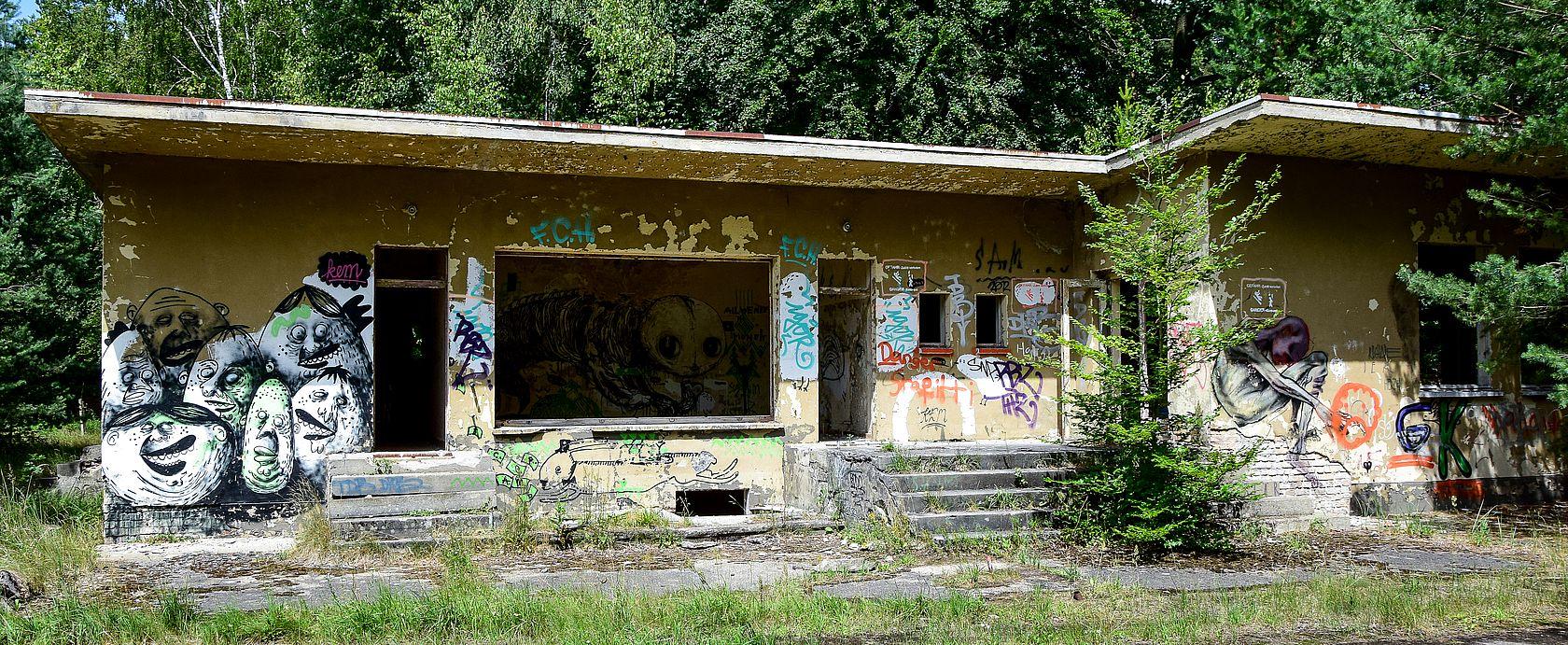 Marode Gebäude im Wald