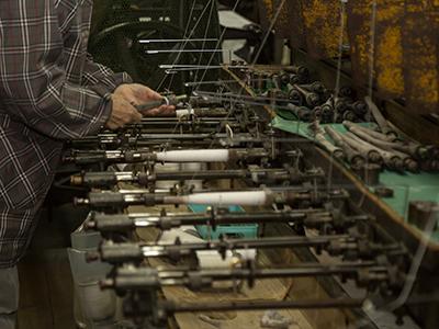撚糸機で糸巻き作業の様子