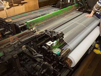 モジ網織機での製造作業の様子