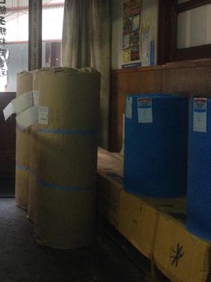 出荷前の出荷用梱包紙での梱包作業