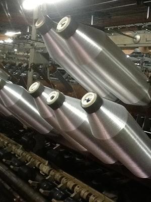 撚糸機にセットされた東レ製ナイロン原糸1