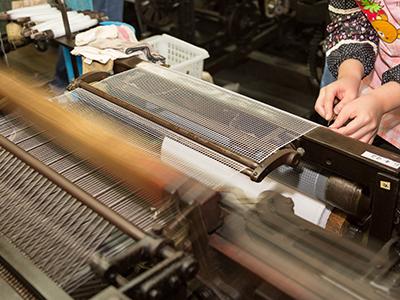 モジ網織機での製造作業の調整の様子