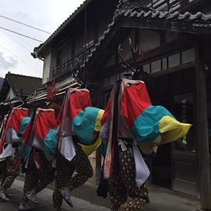 朝日綟子網株式会社表玄関前に地元秋祭りで舞う五つ鹿踊りの様子