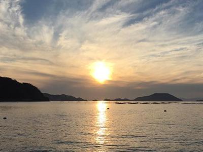 八幡浜市真穴地区からみた宇和海の夕日