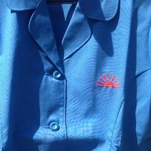 朝日綟子網株式会社従業員作業服と会社マーク刺繍