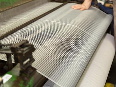 モジ網織機での製造作業の様子、網の拡大写真