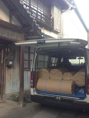 出荷に向け貨物車両(自動車)に搬入