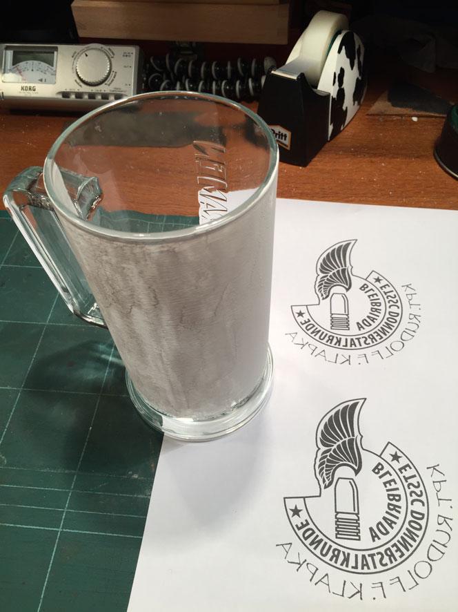Zuerst wird das Glas mit Deckweiss bestrichen • Nejdřív natřu sklenici bílou temperou