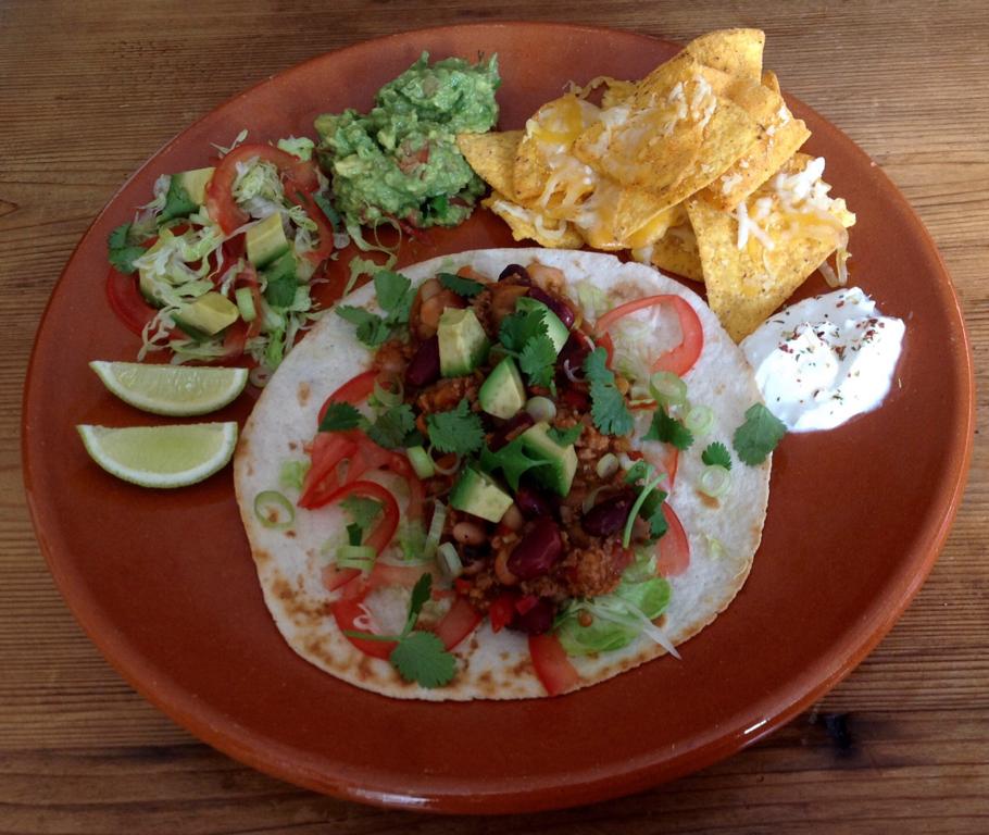 Chili con carne uit de Instant Pot met guacamole, nacho's en salade.