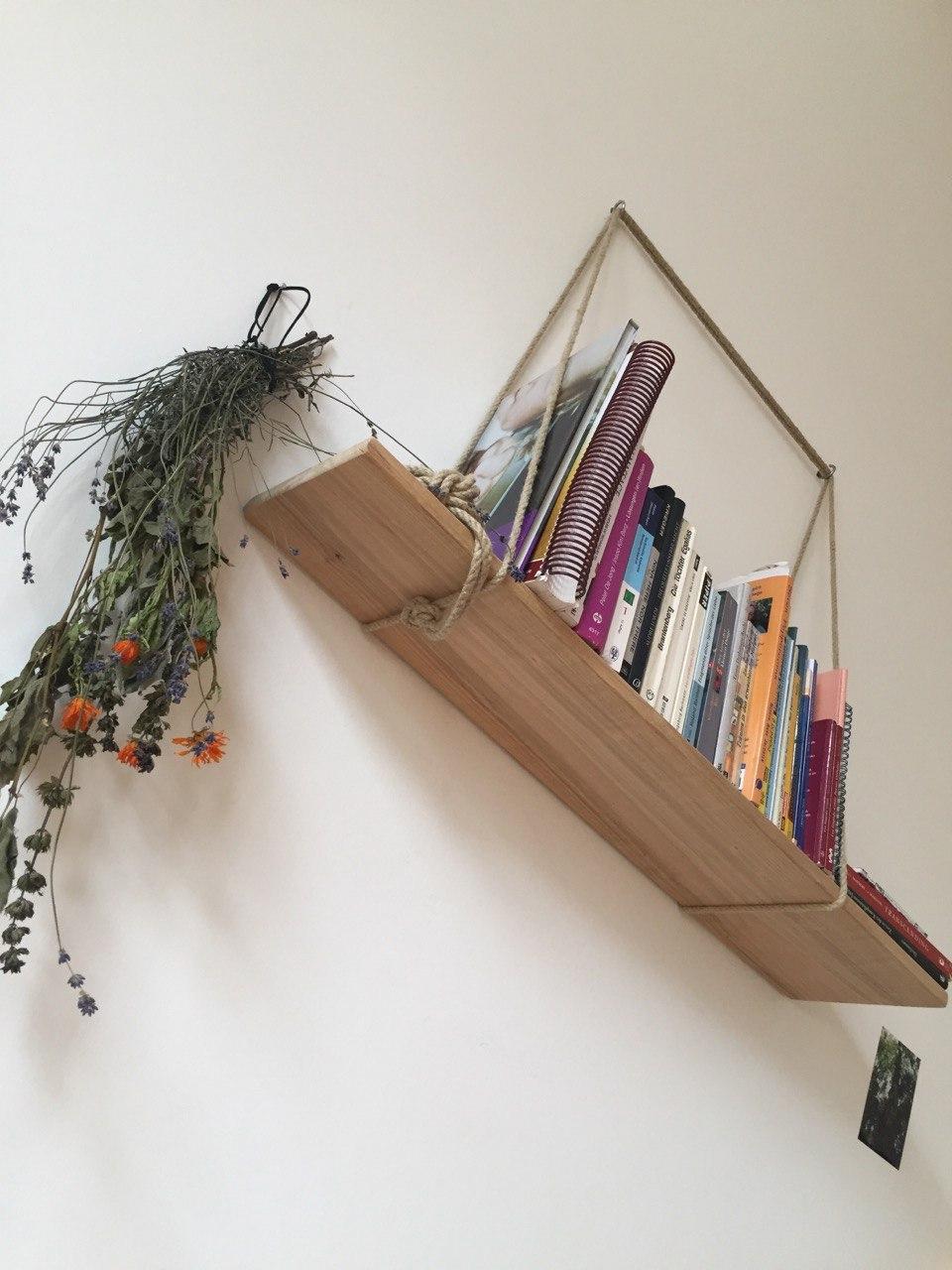 Bücherregal mit Hanfseil-Aufhängung