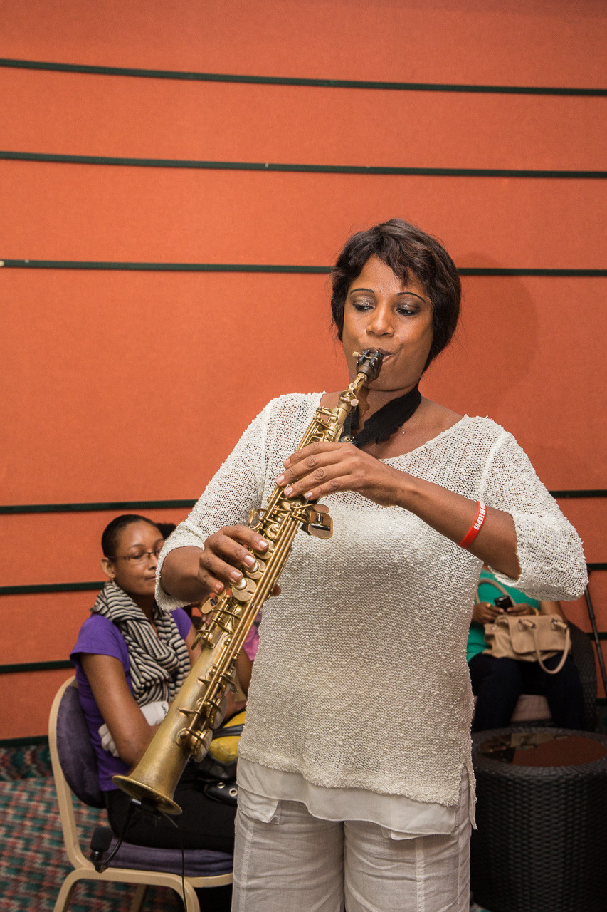 Un grand moment d'émotion transmis par Mme Jocelyne QUEMIN avec son saxophone !