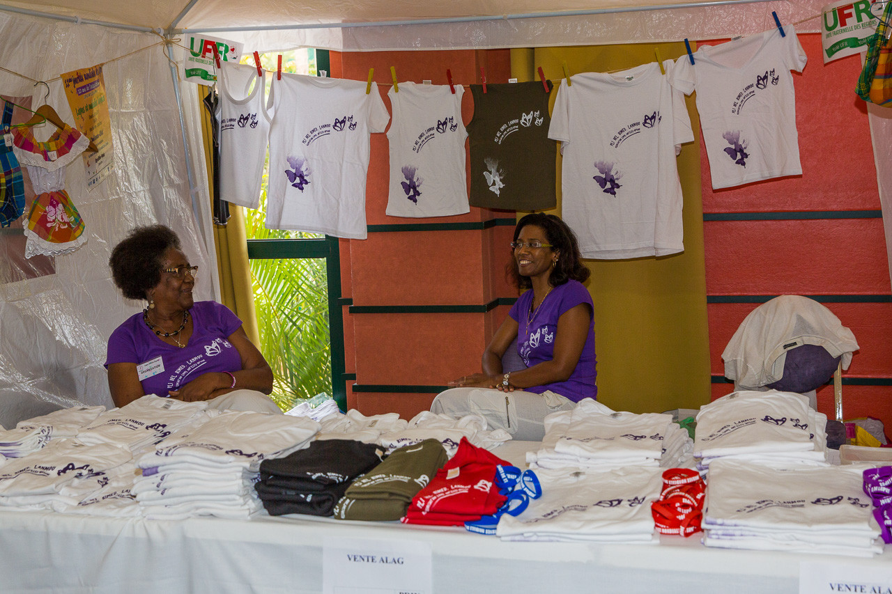 Vente d'objets confectionnés (tee shirts...) en faveur de l'association ALAG