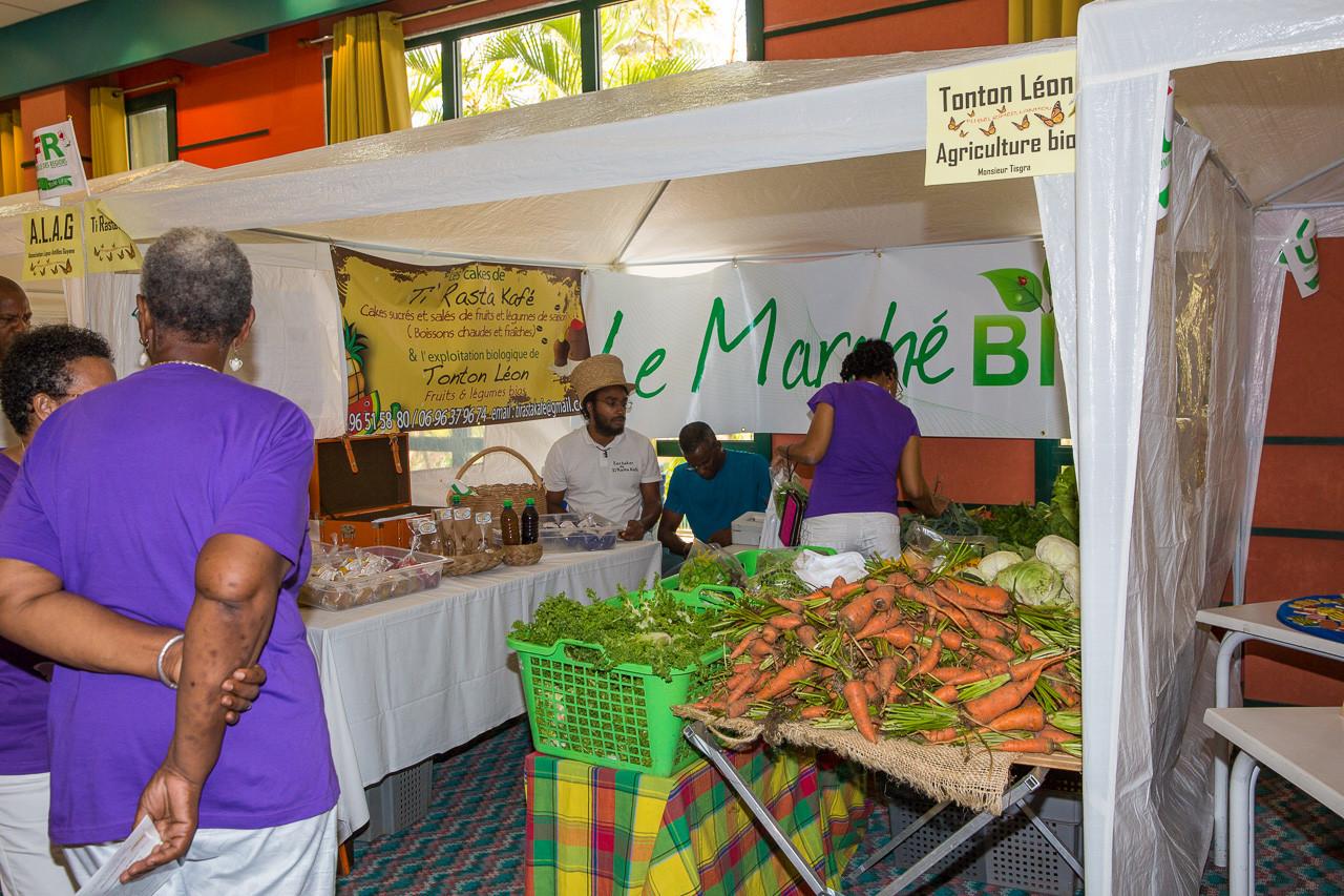 Pendant l'intermède, le public se ravitaille dans les différents stands : légumes biologiques et patisseries sans gluten