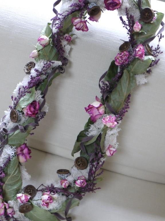 蔦に絡まるドライのバラと木の実