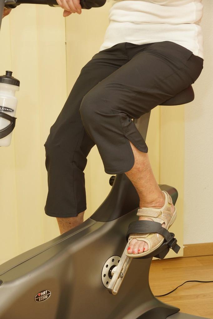 Velofahren mit verkürzter Pedalenkurbel bei Knie-Totalprothese