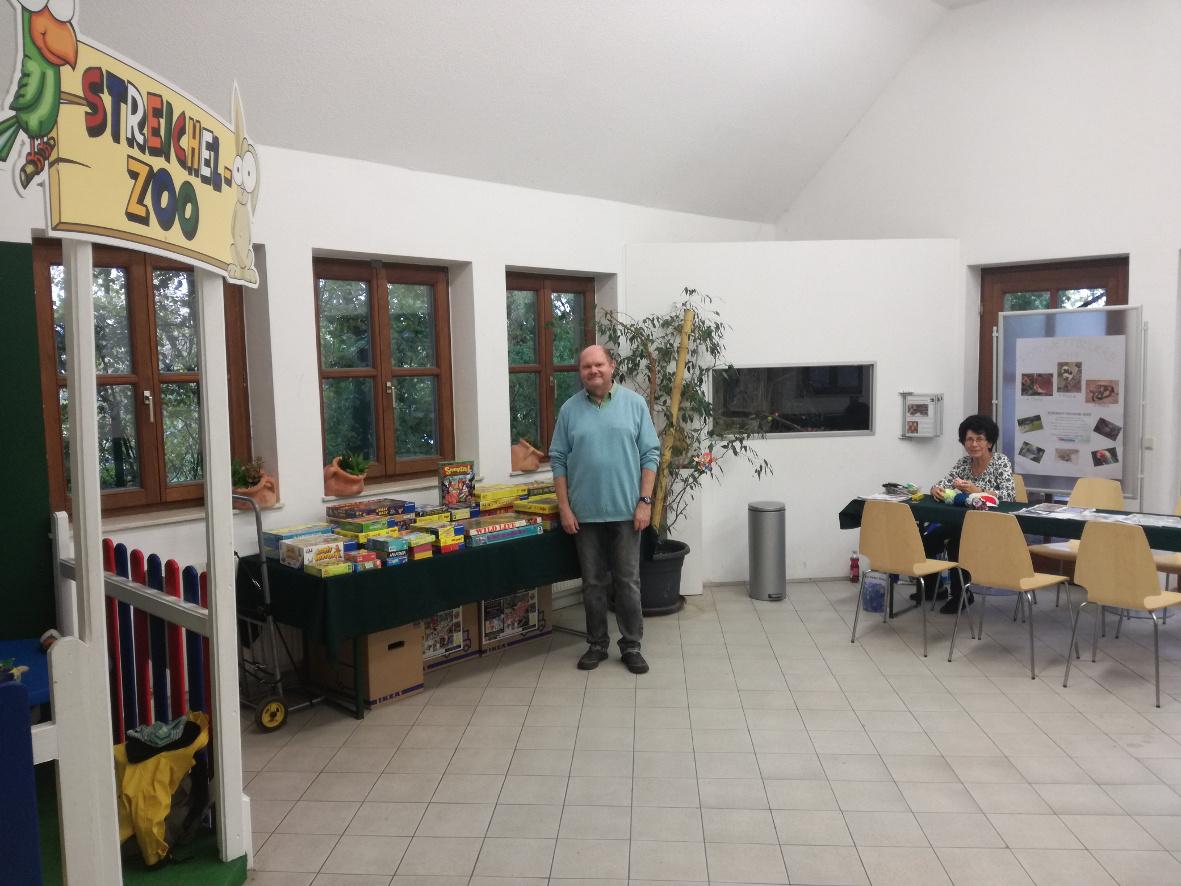 Helmut und Monika voll im Einsatz bei den Brettspielen und im Bastelbereich