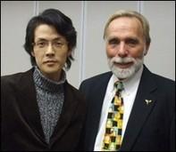 写真の左側が弥永院長  恩師である世界的催眠療法の権威・第一人者Dr.   リチャード・ニーヴス博士Ph.Dと共に