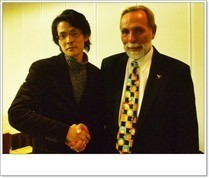 Drニーヴス博士と信頼の握手を交わす 院長