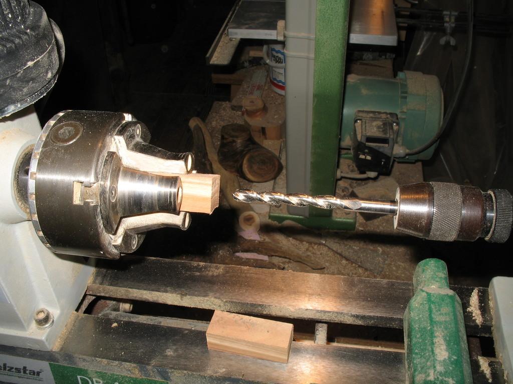 Bohrfutter mit entsprechendem Bohrer in der Gegenspindel montieren