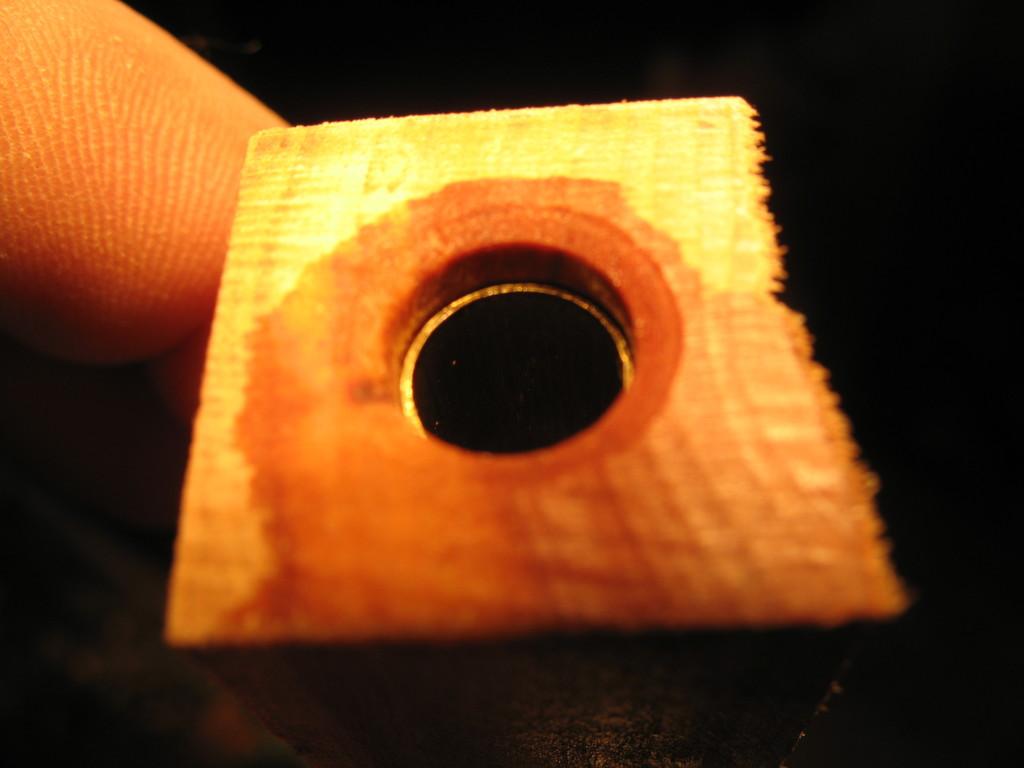 Die Holzkantel ist etwas länger als die eingeleimte Messinghüllse
