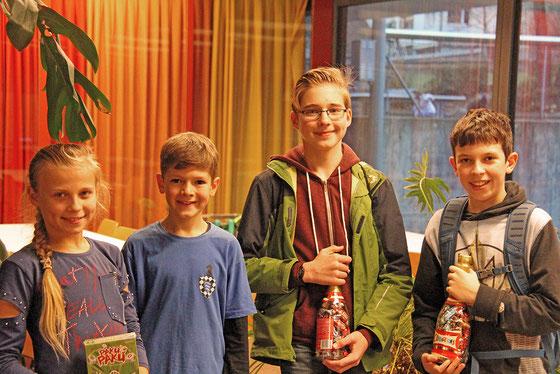 Die drei Sieger der 2. Runde des Zürisee-Jugendschach-Grandprix, zusammen mit dem besten Mädchen.   v. l. n. r. Anastacia Hryhonchuk, Andrew Heron (2.), Joel Umbach (1. ), Jona Jünger (3.)   Bild: Christian Gretzer