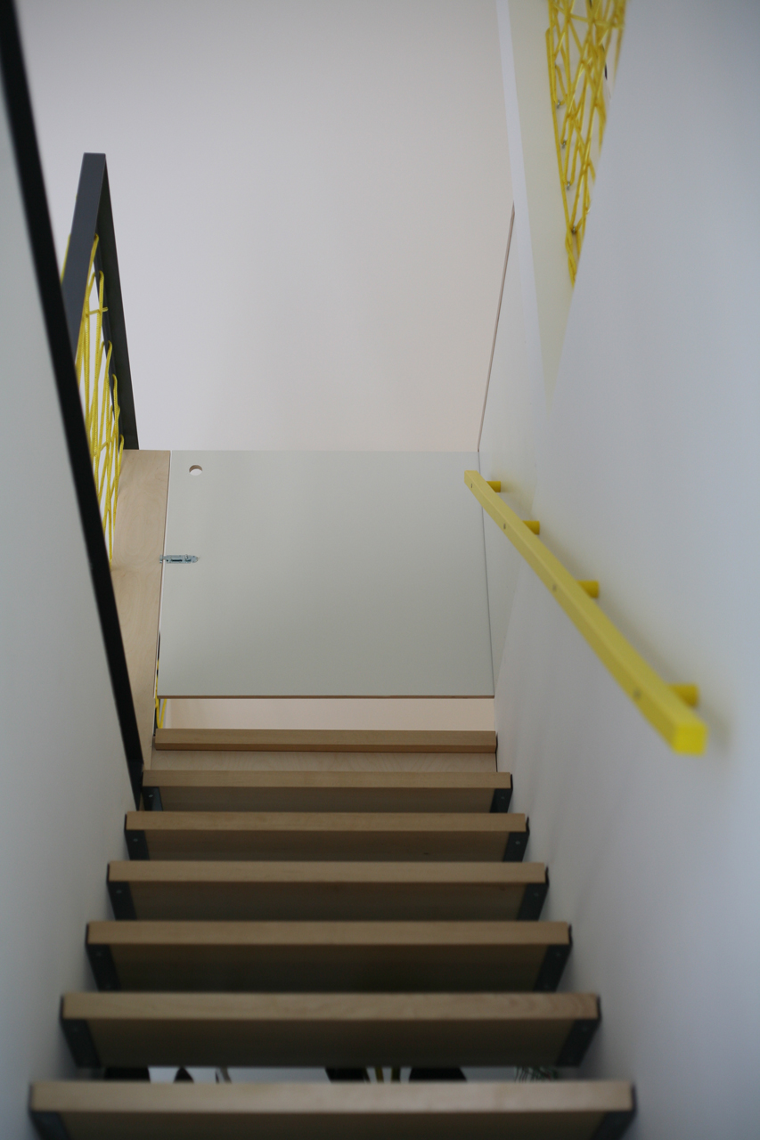 Der Treppenaufgang mit Treppenschutzgitter.