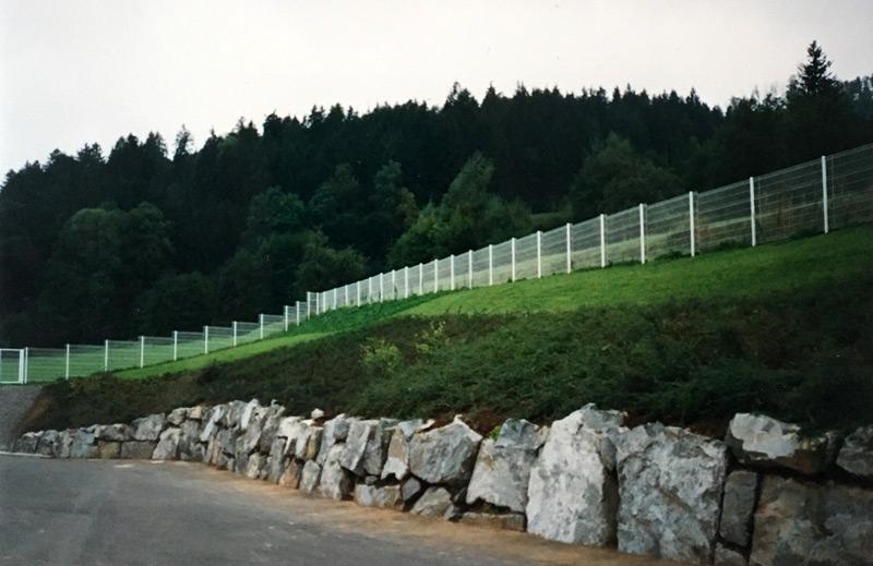 Herstellung Granit Blocksatz als Eingrenzung für Zufahrt einer Produktionshalle in Hausach