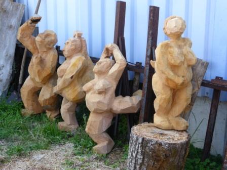 Zeder Figuren für die Ausstellung 'Skulpturen im Paradies'