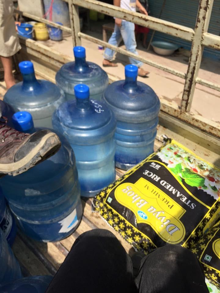 Du riz, de l'eau et des repas chauds pour plusieurs centaines de personnes