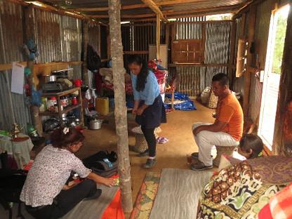 """Un exemple des réalisation concrètes avec l'intérieur d'un """"shelter"""" construit en bambou et tôle ondulée"""