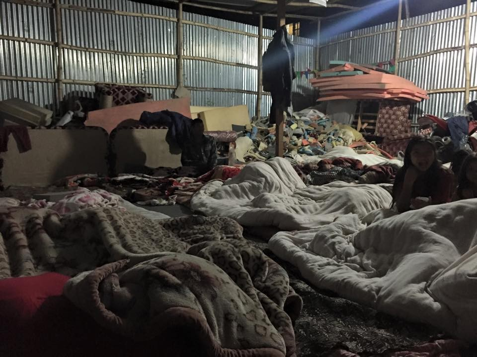 Des abris de fortune pour les Népalais et pour ce qui leur reste