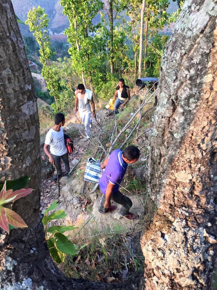 Des chemisn parfois escarpés pour rejoindre des familles et villages