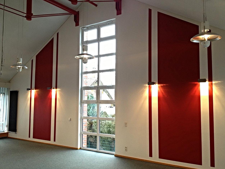 Strukturierte Farbgestaltung eines Sitzungssaales