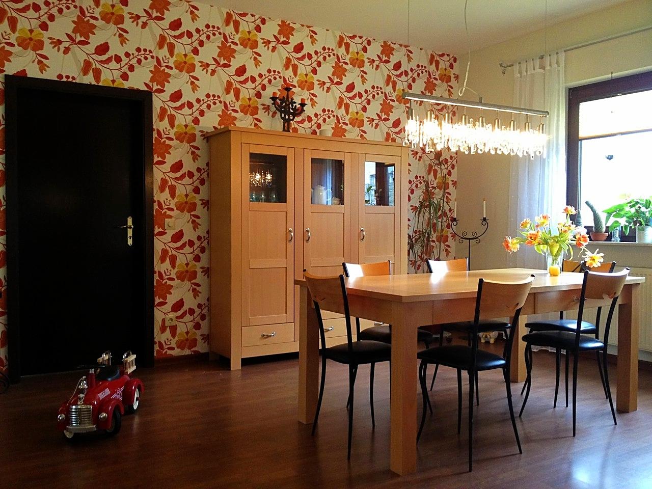 Essbereich mit Tapete im ausdrucksstarken Design