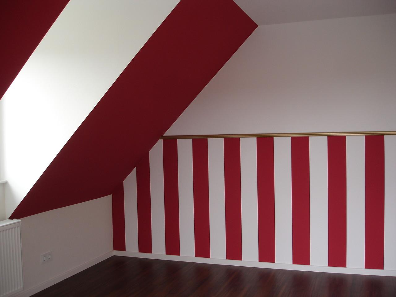 Streifen in rot und weiß abgesetzt - mit Abschluss durch eine gold gestrichene Styroporleiste
